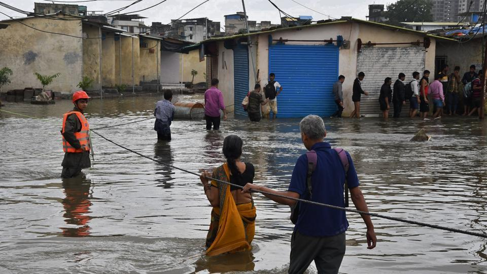 Tata power area in Diva was seen flooded. Amid the downpour and strong wind, most of them spread out on newspaper or sheets and stayed without food throughout the night.  ( Praful Gangurde/ HT Photo)