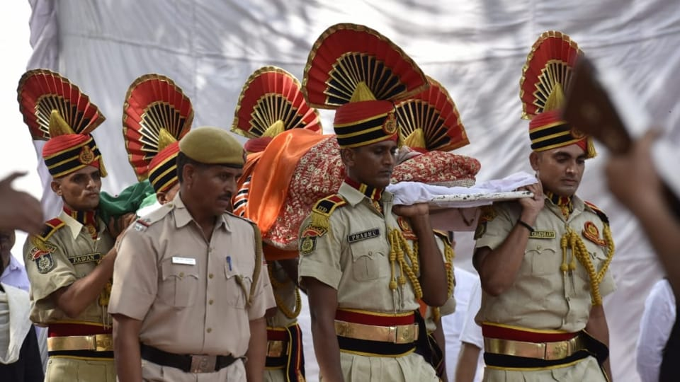 The last rites of the 67-year-old BJP stalwart were performed by her daughter Bansuri Swaraj, as her husband Swaraj Kaushal stood beside her. (Photo by Sanjeev Verma/HT Photo)