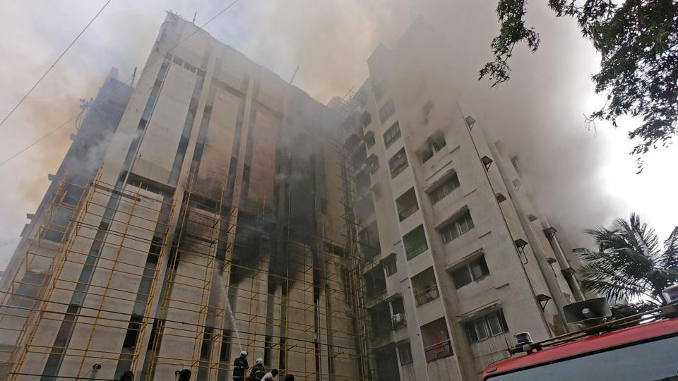 Fire breaks out in MTNL building at Bandra in Mumbai. (Photo by Satyabrata Tripathy/Hindustan Times)