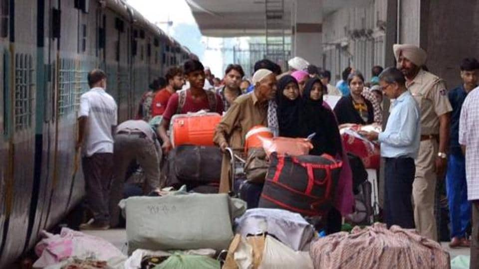 Indian and Pakistani passengers come out of the Samjhauta Express at Attari railway station in Amritsar on Thursday.)