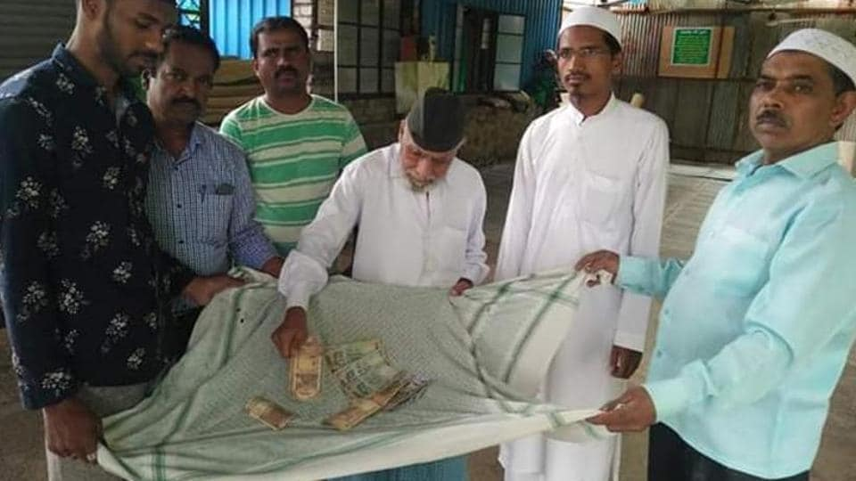 Muslims in Pune donate towards relief operations in Kolhapur and Sangli.
