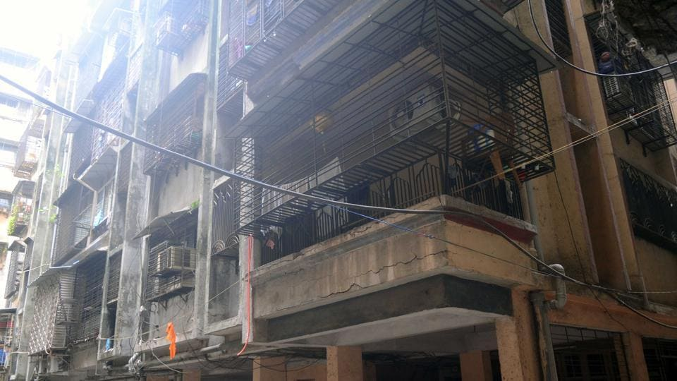 A four-storey residential building in Khoda town developed cracks.