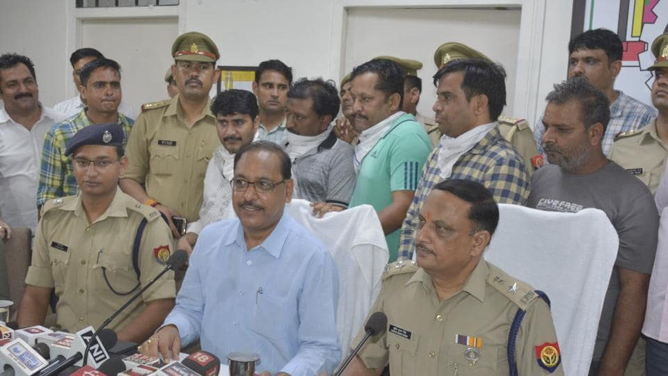 The Ghaziabad police on Tuesday busted a gang that was involved in getting fake arms licences in connivance with two contractual employees of the Shahjahanpur district collectorate.