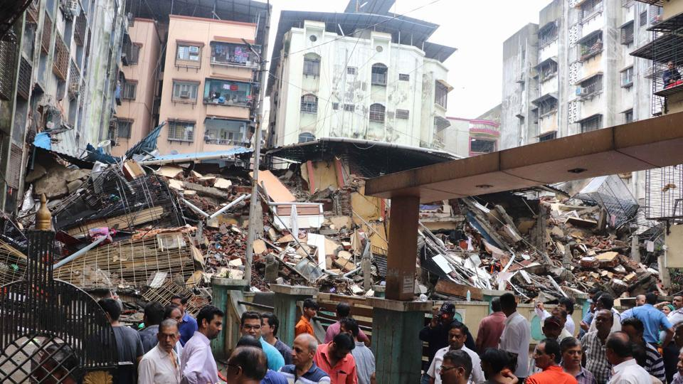 A day after Mahak Apartment in Ulhasnagar collapsed, 75 families living in the vicinity vacated their homes on Wednesday, amid panic created by rumours of another building crash. (Photo by Rishikesh Choudhary/ Hindustan Times)