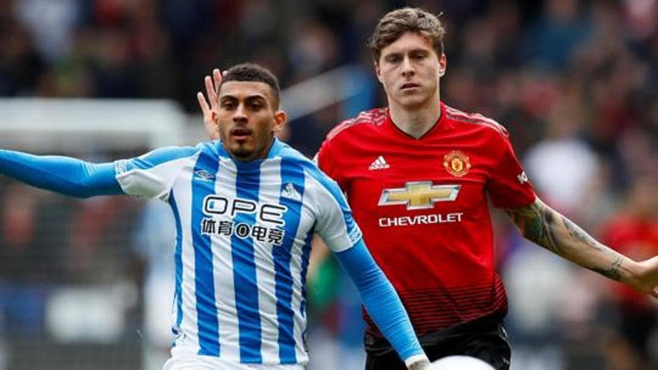 Huddersfield Town's Karlan Ahearne-Grant (L) fights for the ball with Manchester United's Victor Lindelof (R).