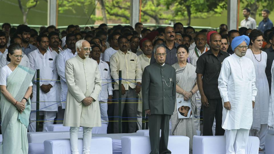 (From left) Interim Congress president Sonia Gnadhi, former vice-president Hamid Ansari, former president Pranab Mukherjee and former PM Manmohan Singh paying tributes to former prime minister the late Rajiv Gandhi on his 75th birth anniversary, at Veer Bhumi in New Delhi, on Tuesday.