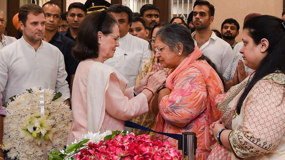 Congress President Sonia Gandhi consoles the family members of former finance minister and BJP leader Arun Jaitley as Rahul Gandhi looks on in New Delhi.