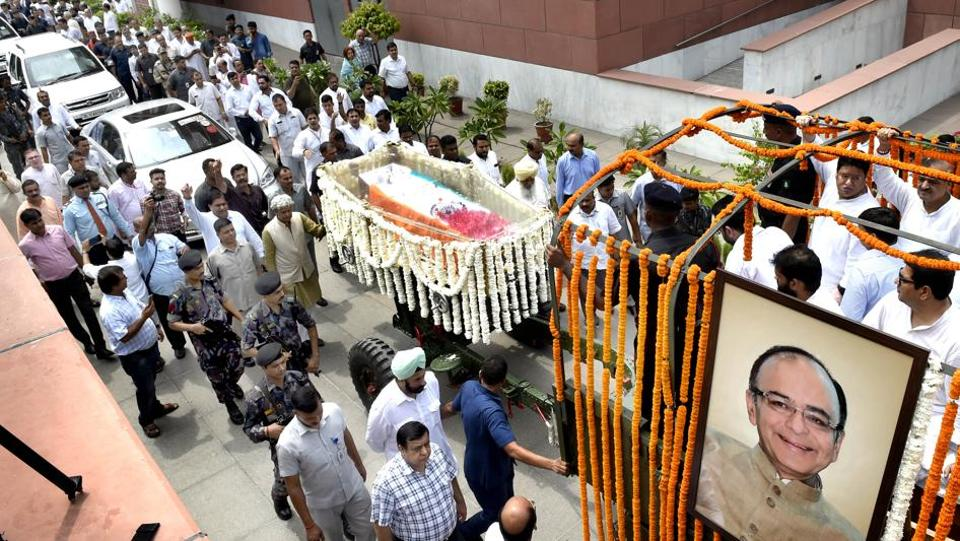 Mortal remains of former finance minister Arun Jaitley being taken to Nigambodh Ghat for cremation.
