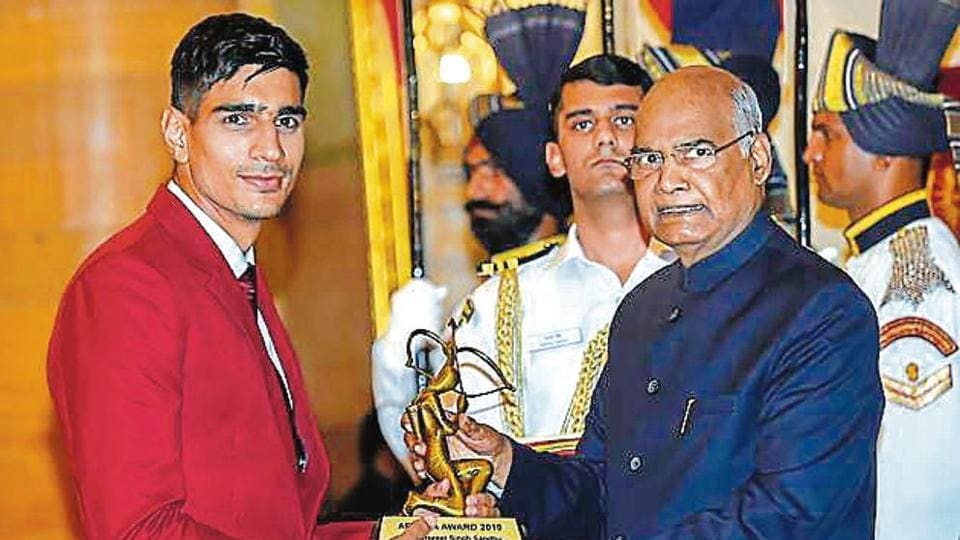Gurpreet receives the Arjuna from President Ram Nath Kovind