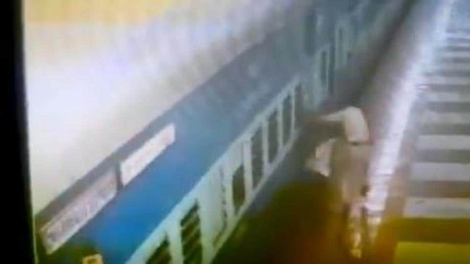 A Railway Protection Force (RPF) constable saved the life of a middle-aged passenger who lost the balance and had fallen between the gap of the platform and moving train while getting down.