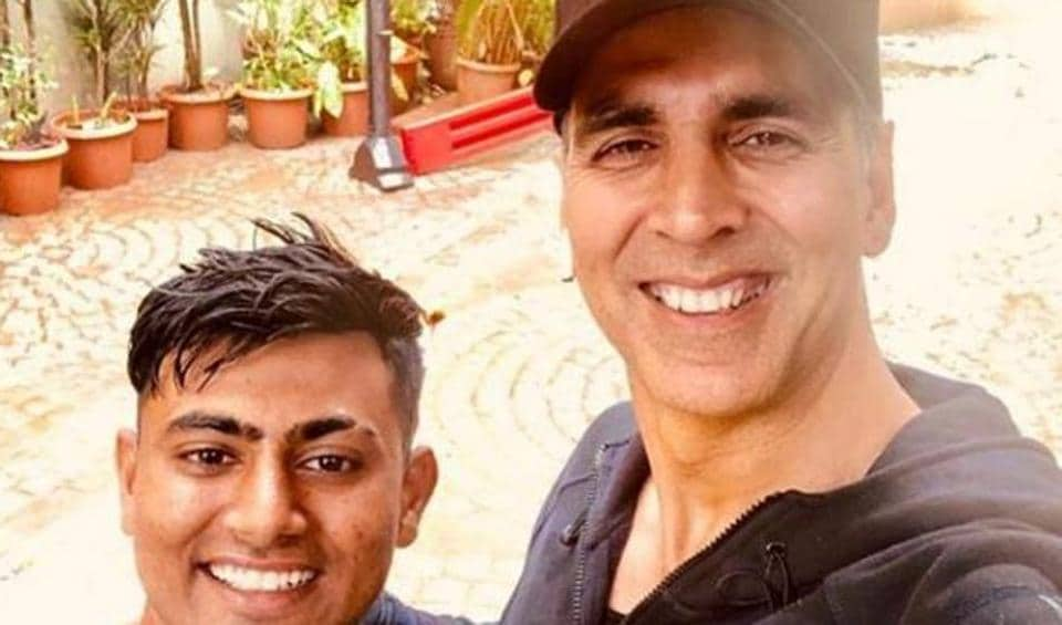 Akshay Kumar met a fan called Parbat  at his home, who had walked 900 km in 18 days to meet the Bollywood star.