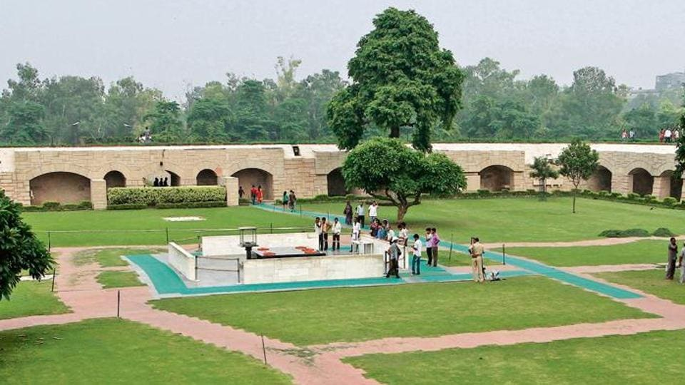 Some former officers of the horticulture wing of the CPWD, the agency which is responsible for maintaining the greenery at Rajghat, said most of the trees died after having lived their full life.