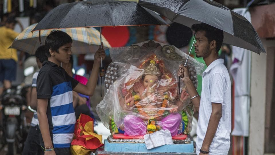 Devotees carry an idol of the Hindu god Ganesha from a workshop to a place of worship at Chinchpokli in Mumbai. Devotees of Ganesha look forward all year to Ganesh Chaturthi or Ganeshotsav, a 10-day festival during which Ganesha idols are brought home or to public pandals and followed by days of boisterous festivities. (Pratik Chorge / HT Photo)