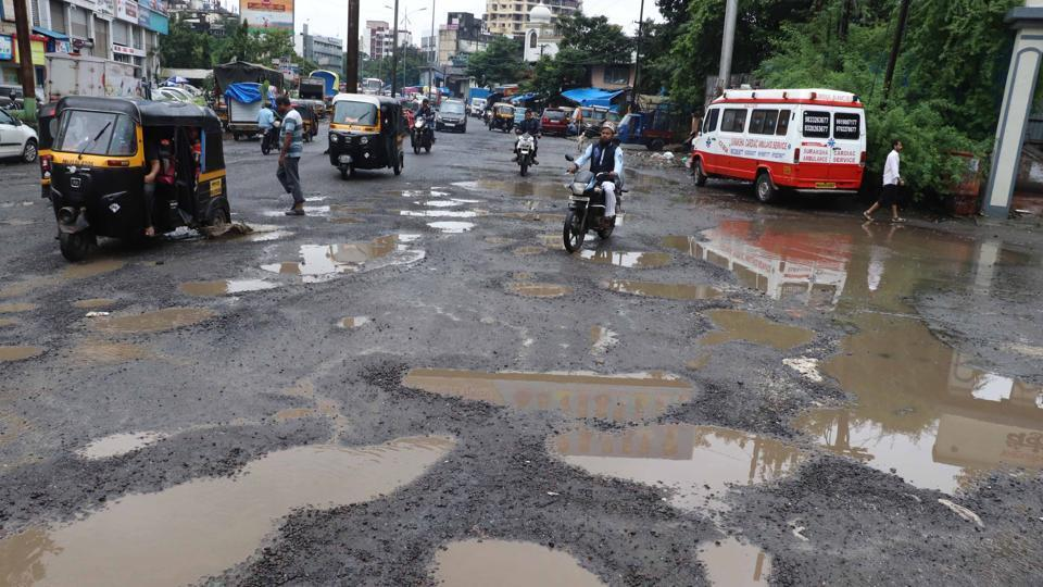 After rain undid much of the road repair work by the Kalyan Dombivli Municipal Corporation (KDMC)and potholes reappeared on many roads in the twin cities, experts have a suggestion. (Photo by Rishikesh Choudhary/ Hindustan Times)