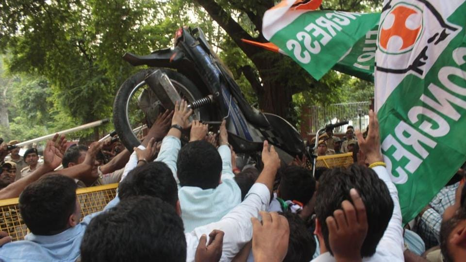 Youth Congress activists protests at Nitin Gadkari residents against the new Motor Vehicles Act.