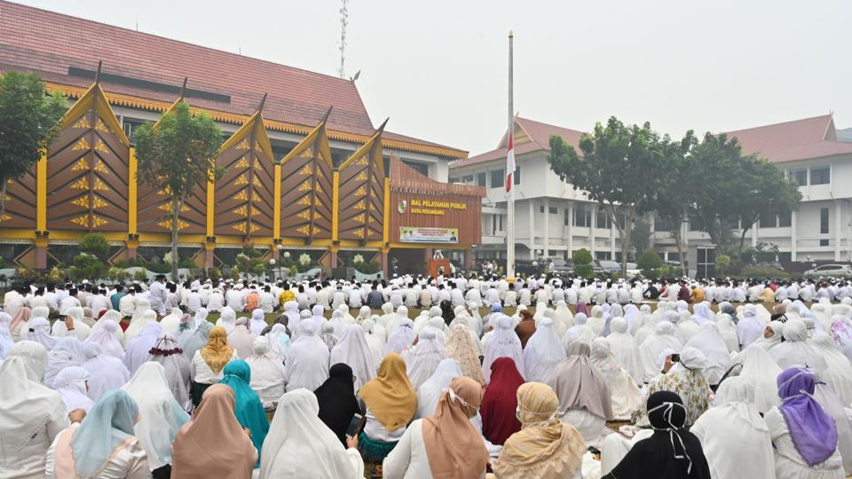 Hundreds of people held a mass prayer for rain in a smoke-filled Indonesian city on Friday, desperately hoping that downpours will extinguish forest fires and wash away the toxic haze covering wide swathes of the country. Around 1,000 of the city's residents - many dressed in white Muslim robes with rudimentary face masks - held a prayer Friday in an open field as a thick, acrid fog drifted around them. (Adek Berry / AFP)
