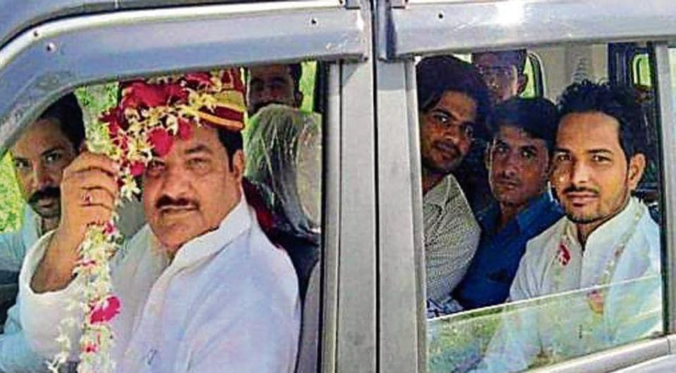 Samajwadi Party's Sambhal district president Firoz Khan dressed as a groom to go to Rampur for meeting Akhilesh Yadav.
