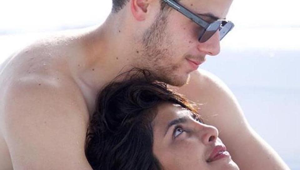 Priyanka Chopra and Nick Jonas caught n camera as they gaze lovingly into each others' eyes/