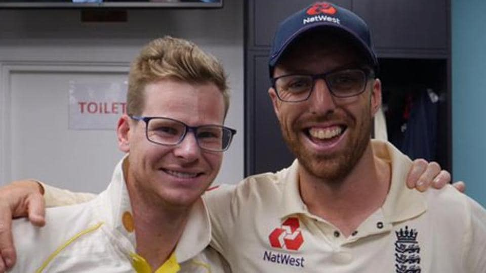 Steve Smith (L)poses with Jack Leach after Ashes 2019.