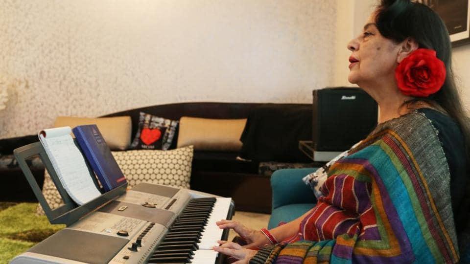 Famous Doordarshan newsreader Salma Sultan playing a Yamaha synthesizer.(Mayank Austen Soofi / HT Photo)