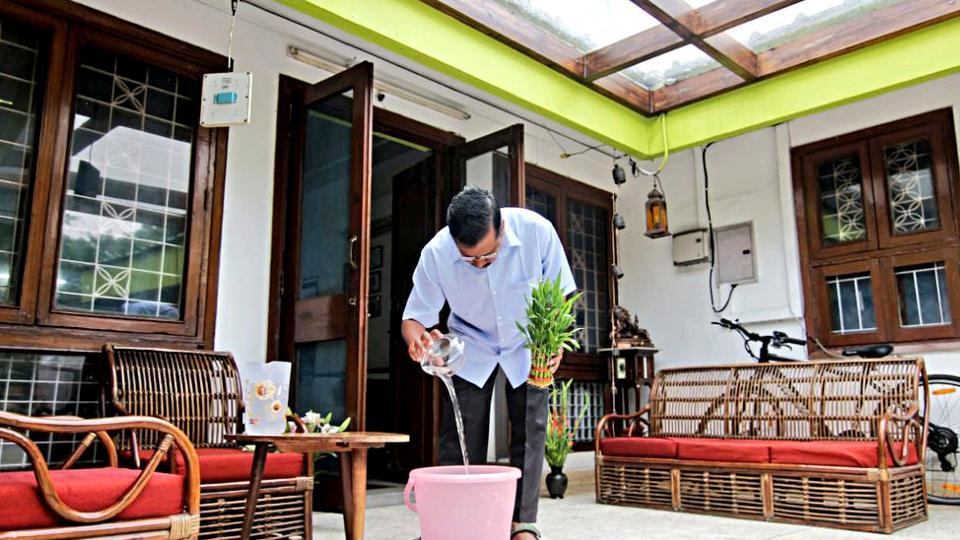 Chief Minister Arvind Kejriwal checks dengue mosquito at his home in New Delhi. ()