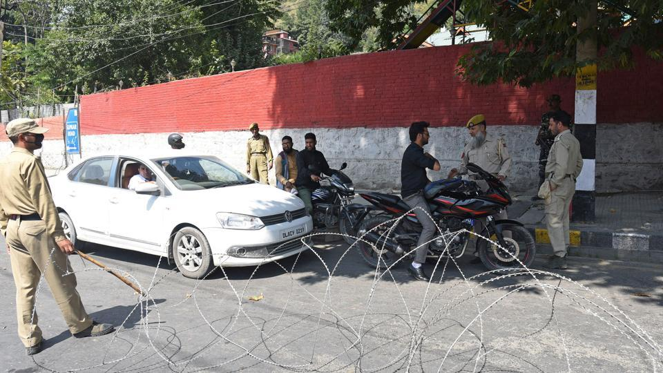 Police personnel block the road leading to residence of former Jammu and Kashmir chief minister Farooq Abdullah, in Srinagar on September 16, 2019. (Photo by Waseem Andrabi / Hindustan Times)