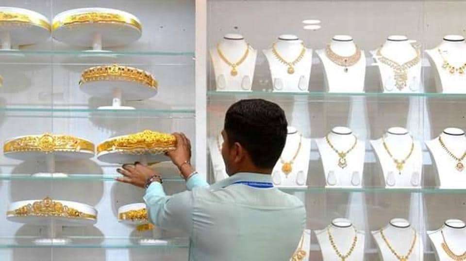 Gold holds line near $1 500 as central bank titans decide policy