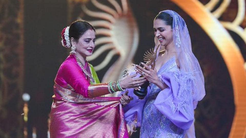 Deepika Padukone accepts her special award for Chennai Express from Rekha.