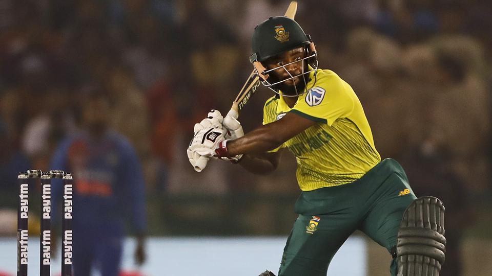 Virat Kohli breaks the stumps in frustration, watch video