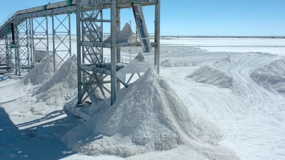 Piles of salt, a byproduct from lithium extraction, at the lithium extraction complex. With its voracious appetite for lithium, the Asian giant has positioned itself at the centre of the world's main deposits of the metal. By 2025, China will need 800,000 tons of lithium carbonate per year to meet the growing demand for electric vehicles. (Pablo Cozzaglio / AFP)