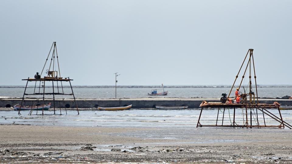 Mumbai, India - May 8, 2018: Soil testing at Juhu beach for proposed Versova-Bandra sea link project in Mumbai, India, on Tuesday, May 8, 2018. (Photo by Satyabrata Tripathy/Hindustan Times)