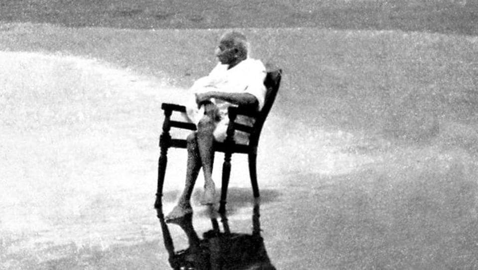 Mahatma Gandhi at Juhu Beach, Bombay, May 1944 (Alamy Stock Photo)