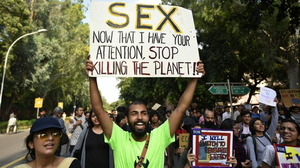 People hold placards and raise slogans for climate justice and climate emergency march from Lodhi Garden to Envirionment Ministry, at Lodhi road, in New Delhi. (Biplov Bhuyan / HT Photo)