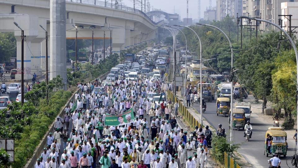 Bharatiya Kisan Sangathan members march to raise their demands of loan waiver, higher rate for sugarcane crops and the recently revised power tariff, in Noida, Uttar Pradesh. The members were marching from Noida to Delhi's Kisan Ghat over their demands. (Sunil Ghosh / HT Photo)