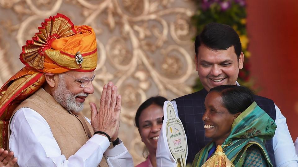Prime Minister Narendra Modi felicitates beneficiaries of Pradhan Mantri Awas Yojana- Gramin (PMAY-G) at Shirdi, Maharashtra.