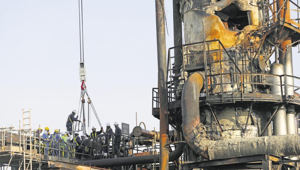 workers-aramco-abqaiq-saudi-facility-damaged-site_ba1f26fa-de63-11e9-93be-d8edb8f85faf.jpg