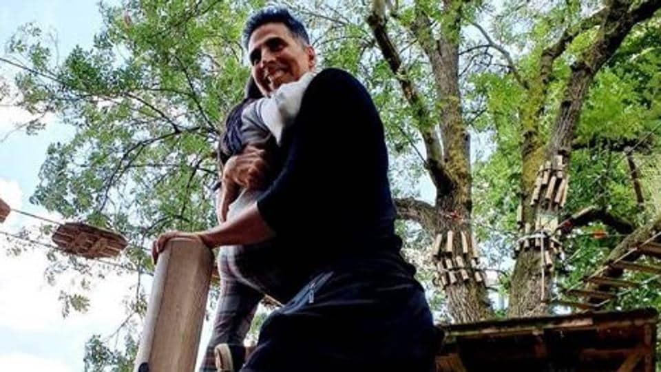 Akshay Kumar poses with daughter Nitara.
