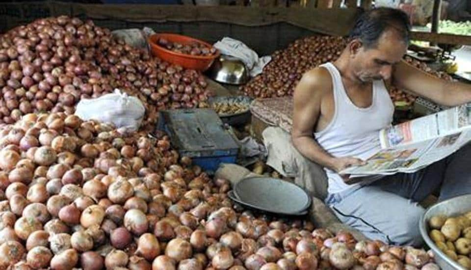 An onion shop at Indore Mandi on Sunday. Onion prices have gone up more than threefold in the past fortnight. (Shankar Mourya/HT)