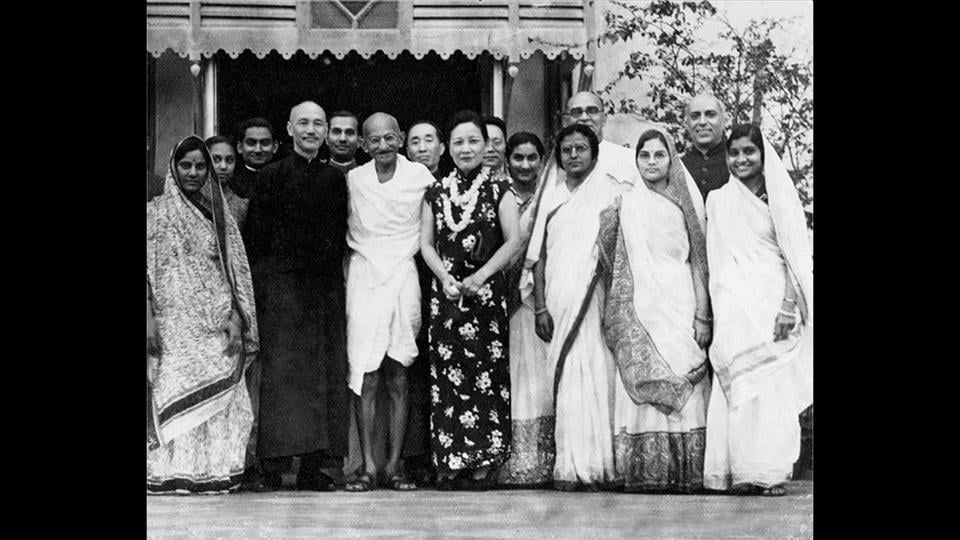 Premier of the Republic of China Chiang Kai-shek with his wife, Soong May-ling, stand either side of Mahatma Gandhi after a meeting between Chiang Kai-shek and Gandhi to discuss matters of common concern to both India and China, in India, 1930. (National Gandhi Museum)