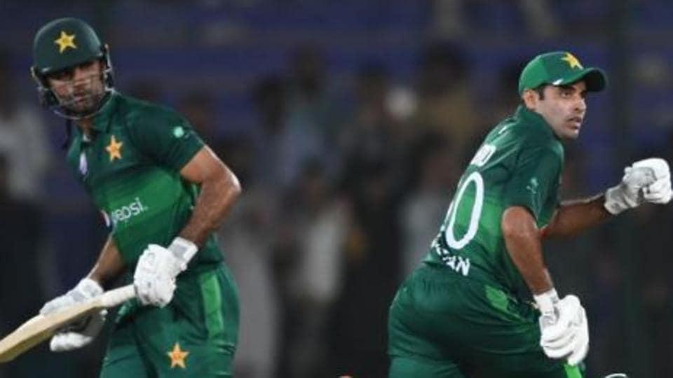 Fakhar Zaman and Abid Ali run between the wickets.