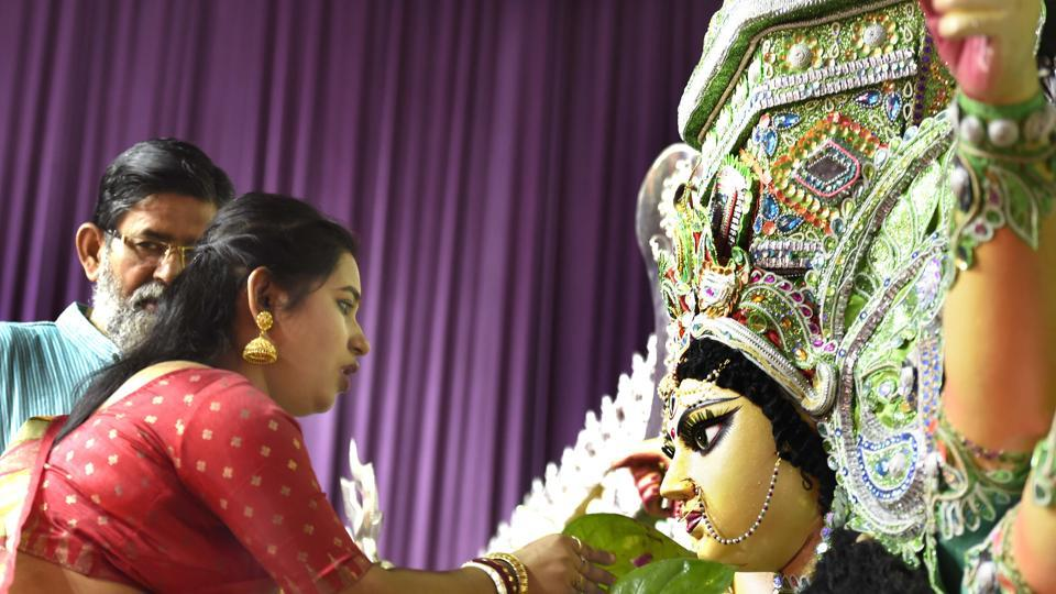 Married women bid adieu to Goddess Durga on the occasion of Bijoya Dashami at Aram Bagh puja pandal in New Delhi.  (Arvind Yadav/HT PHOTO)