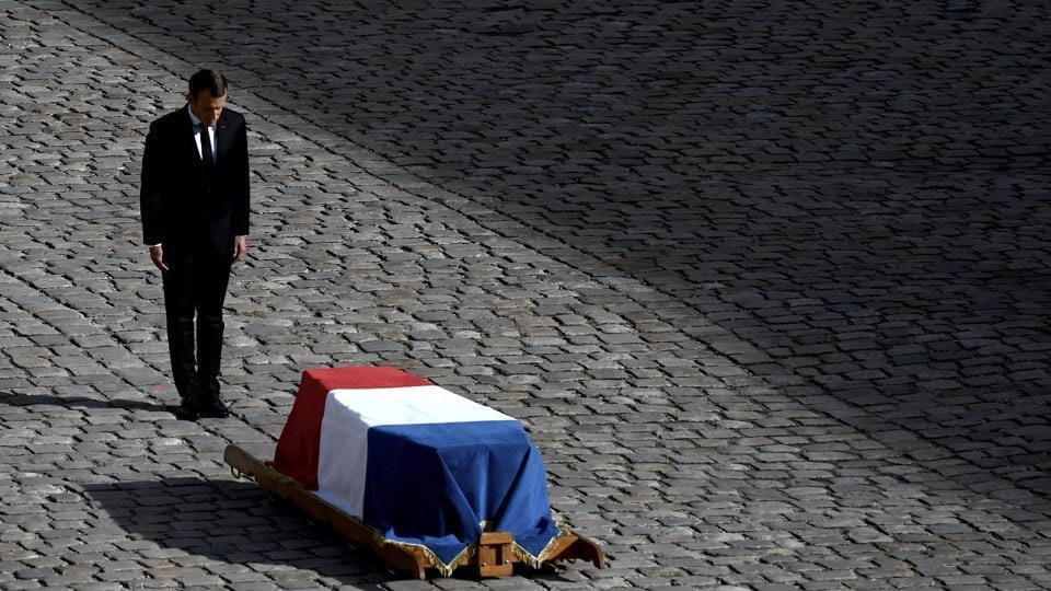 French President Emmanuel Macron stands in front of the coffin of former French president Jacques Chirac during a military tribute at the Invalides (Hotel des Invalides) in Paris, France. - Former French President Jacques Chirac died on September 26, 2019 at the age of 86. (Philippe Lopez / AFP)