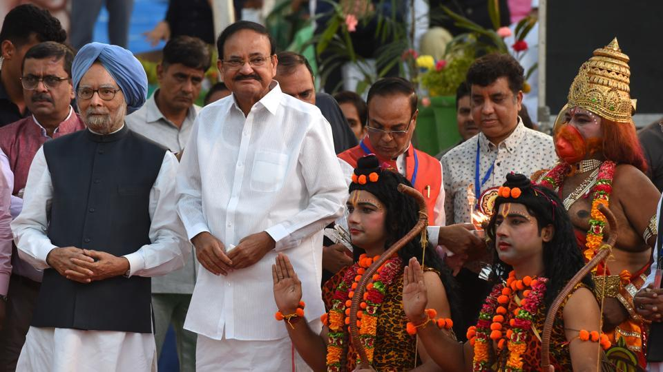 Vice President M. Venkiah Naidu and former Prime Minister Manmohan Singh during Dusshera celebrations at Shri Dharmik Ramlila Committee, Red Fort Ground, in New Delhi. (Mohd Zakir/HT Photo)