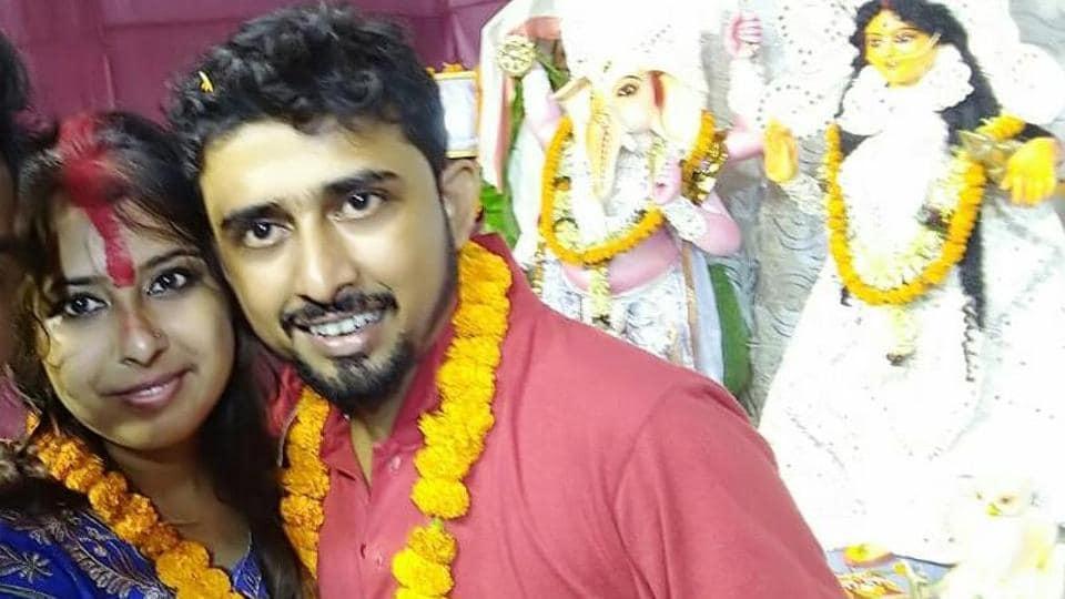 Sudip Ghosal and Pritama Banerjee got married at Hind Motor Durga Puja Pandal in Hooghly district near Kolkata on Ashtami