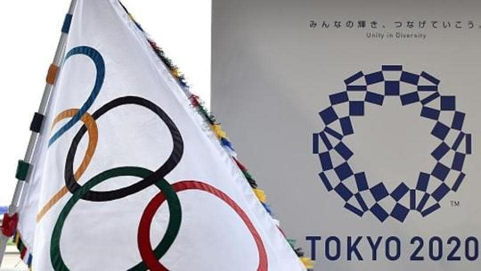 The Olympic flag (L) and the logo of the Tokyo 2020.