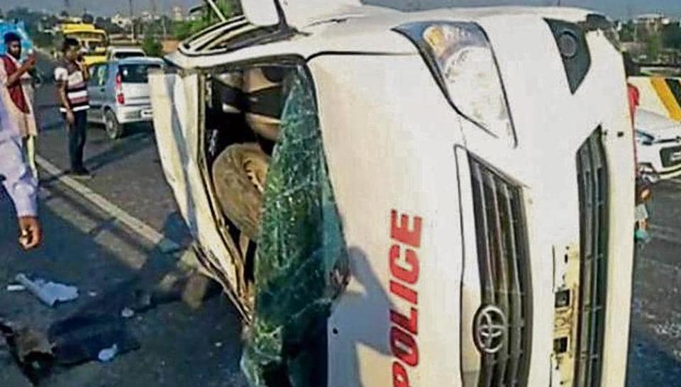 The mangled SUV that was carrying five CISF personnel, part of Akali leader Bikram Singh Majithia's security team.