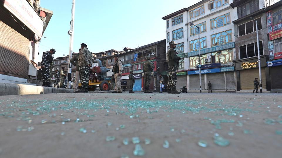 Paramilitary soldiers stand guard at the site of the grenade attack, at Hari Singh High Street, in Srinagar, Jammu and Kashmir. (Waseem Andrabi / HT Photo)
