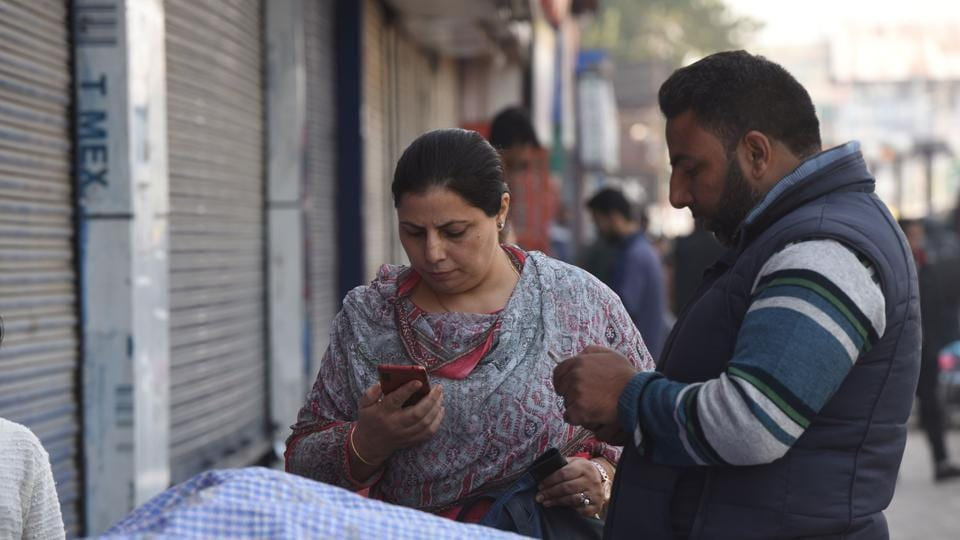 SMS services remain suspended in Kashmir valley after the restoration of post paid mobile phone connection. (Representative image)(HT Photo )