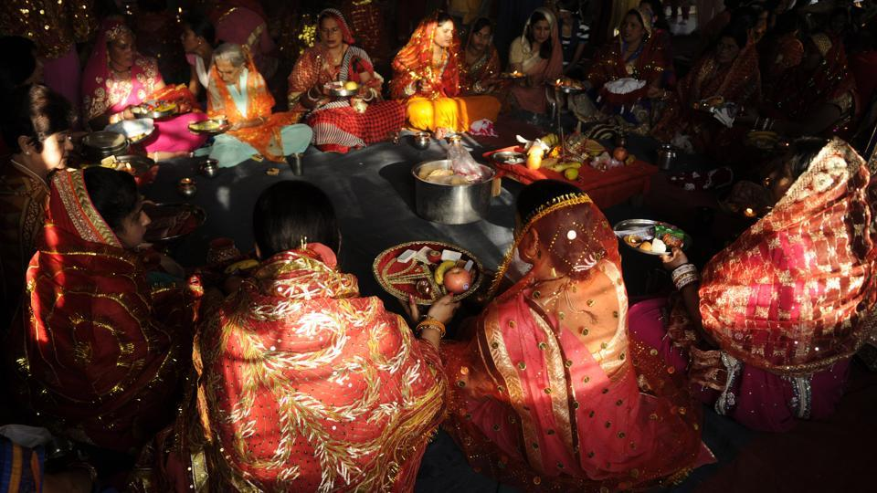 Hindu married women perform rituals during the Karwa Chauth festival at Sai temple, in Noida.  (Burhaan Kinu/HT PHOTO)