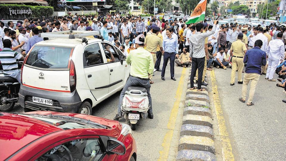 Traders, corporators, shopkeepers, doctors and residents gathered at the Kundan Mangal Karyalaya to protest the decision to declare the stretch as a no-parking zone, on Friday.